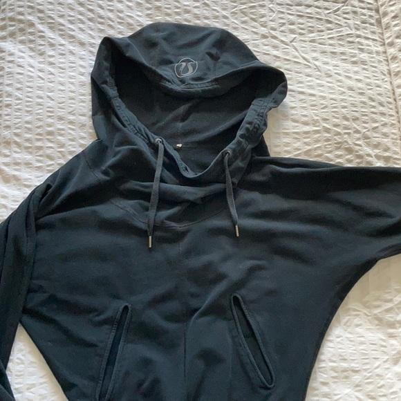 Black lulu hoodie.